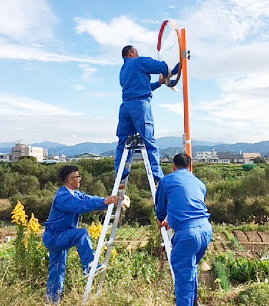 カーブミラーの清掃活動や災害支援活動も取り組み、企業が担う社会的責任を果たす。